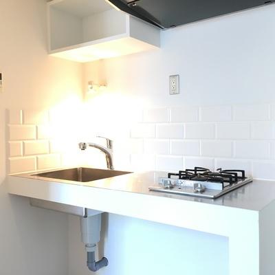キッチン。白いレンガ調がキッチンを彩ります