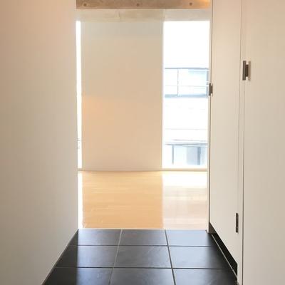 玄関から。シンプルおしゃれ