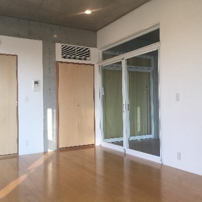 右の窓が玄関になります
