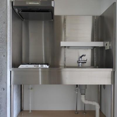 キッチンはシルバーでシンプルに。