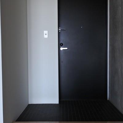 玄関はブラックでキリッと。