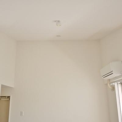 天井も高く開放的。勾配天井になってます。