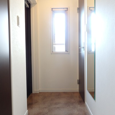 玄関にも窓があり