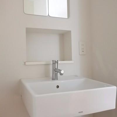 洗面は真っ白シンプルに。