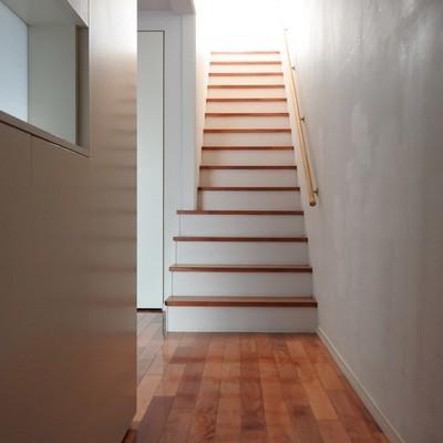 玄関を開けると、階段が2階へと続きます。