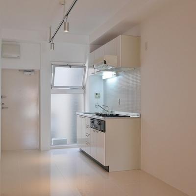 キッチン側にも小窓が隠れてます。