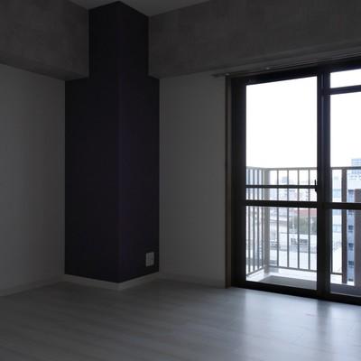 寝室その1。紫の主張がすごい。。