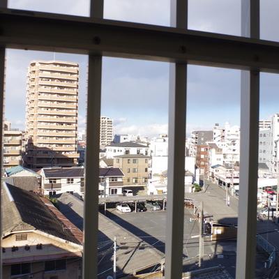 窓からの眺め。格子は安全対策だよ