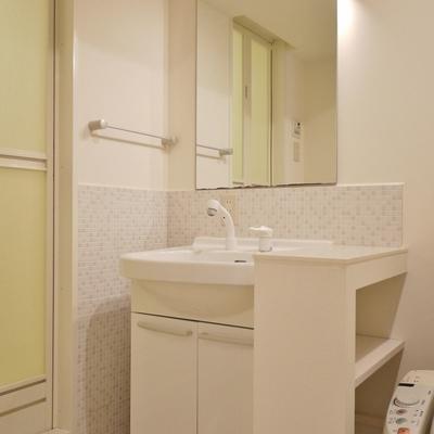 トイレと同室の洗面台。