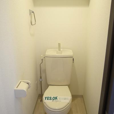 トイレは棚も付いて機能的。※写真は3階の同間取り