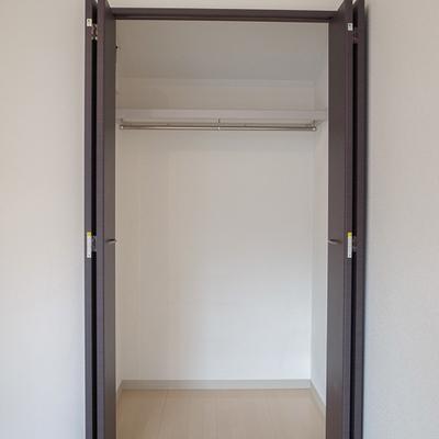 クローゼットの扉はシックにダークブラウン。※写真は3階の同間取り