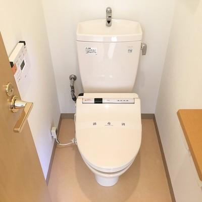トイレは個室で上に棚も付いていますよ!