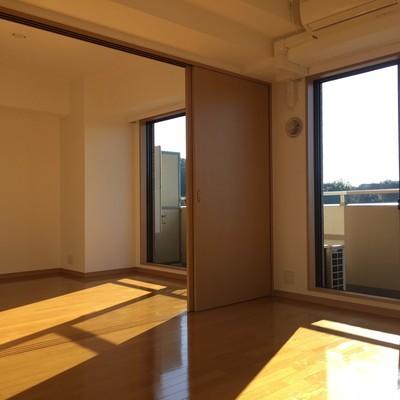 キッチン側より。寝室とリビングを仕切るドアはスライド!