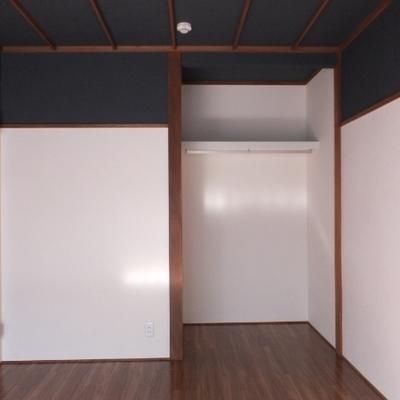 収納はオープンタイプ。気になる方はカーテンを付けても良さそうですね