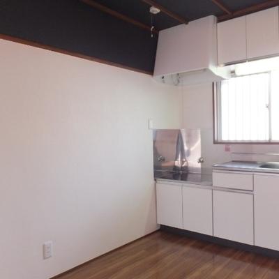 キッチンの向かいに冷蔵庫や食器棚を置けます!