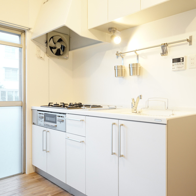 キッチンは窓辺で爽やかに料理を!