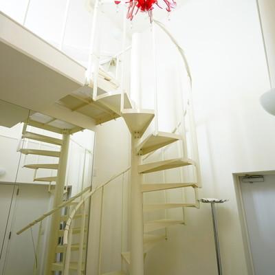 玄関横の螺旋階段をあがって