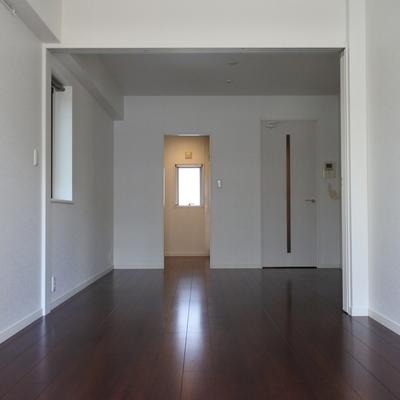 お部屋は2つにわけても、大きくワンルームとして使っても良し