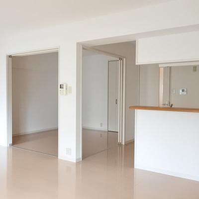 リビング横の居室は開け放って大きな空間にもできます