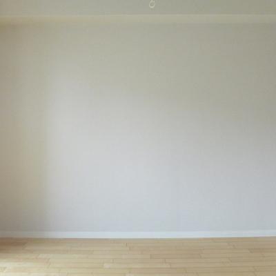 向かい側の壁は白