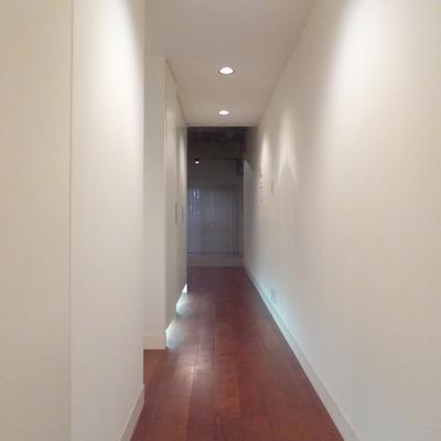 廊下の左側、全部収納なんです
