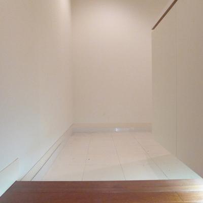 白いタイルの玄関です