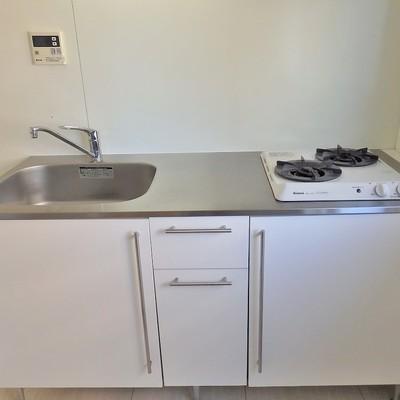 キッチンは2口のガスコンロでシンプルに。