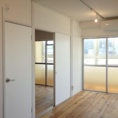 手前と奥のドアは両方同じお部屋に繋がるのです・・・。