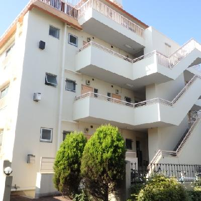 築年数を感じさせないマンション。こちらの最上階です。