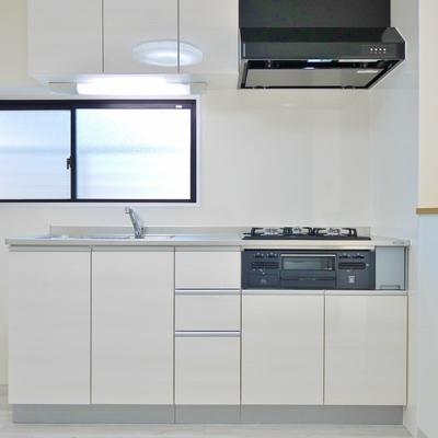 キッチンも白で統一。使い勝手も◎。