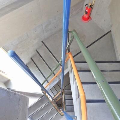 三角な螺旋階段。4階まで頑張りましょう…!
