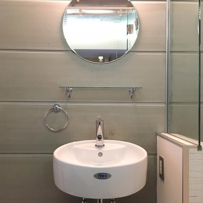 洗面台はコンパクト。丸い鏡が可愛い。