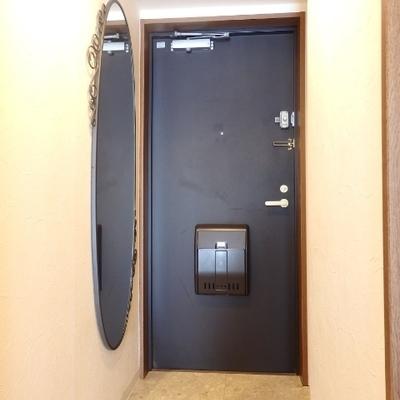 玄関には楕円の全身ミラー
