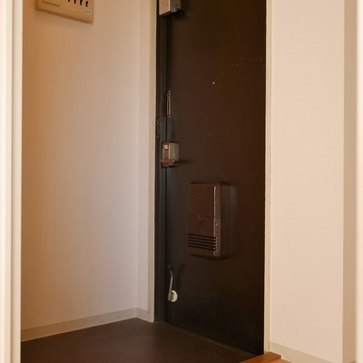 玄関は広いけど下駄箱なし。