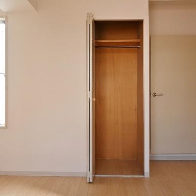 寝室②:小窓と収納あり