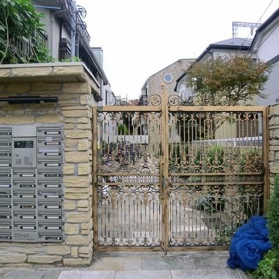 ベルサイユな門。オートロックです!