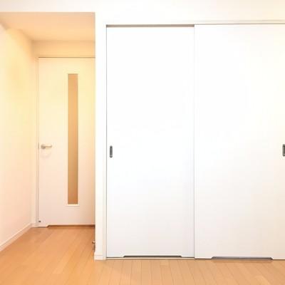 反対側から。白いドアが寝室。