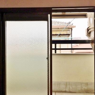 窓は背が低いんです。くぐるようにバルコニーに出ます。