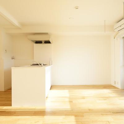 床はさらさらっとした肌さわり、木目の綺麗な無垢フローリングに