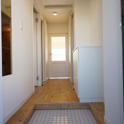 玄関も清潔感溢れる白タイルに!