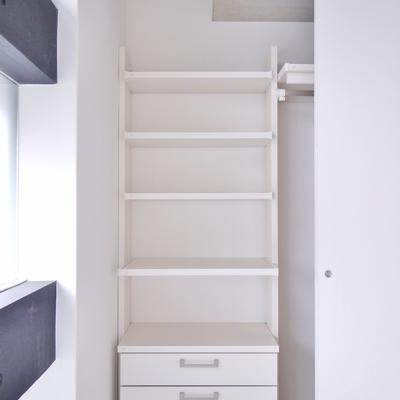 洋室の収納には棚付き。