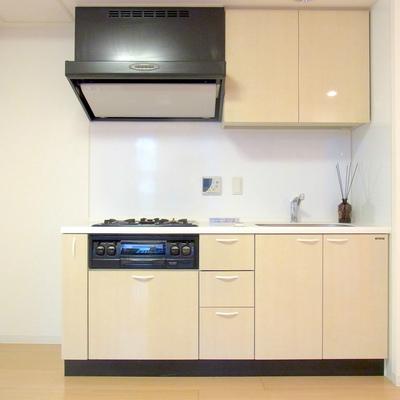 キッチンは3口コンロにグリル付き