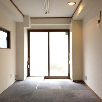 階段側から玄関を撮影
