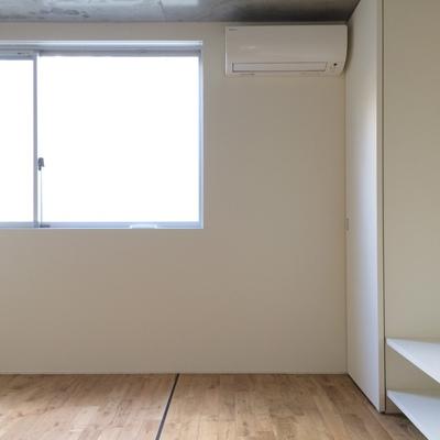 地下1階の洋室、東向きの窓