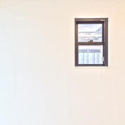 北向きの小窓付き