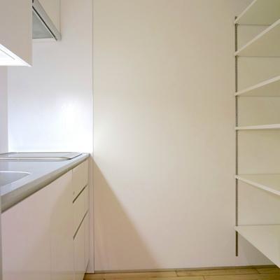 キッチンゾーンは後ろに冷蔵庫かな