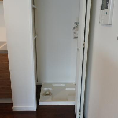 キッチンの端に洗濯機置場。