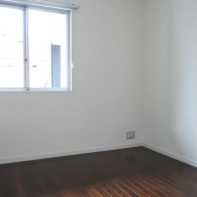 こちらは真ん中の小さい寝室。