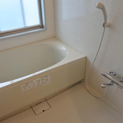 白いお風呂。窓付きです♪