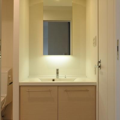 間接照明がステキな洗面。